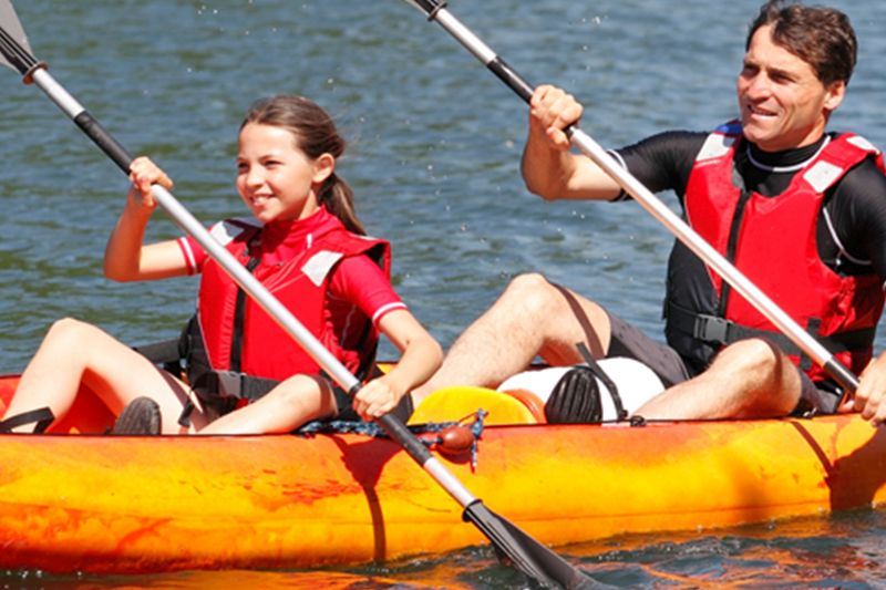 Deux personnes en train de faire du canoë avec Alma Nautic au Grau du Roi (30)